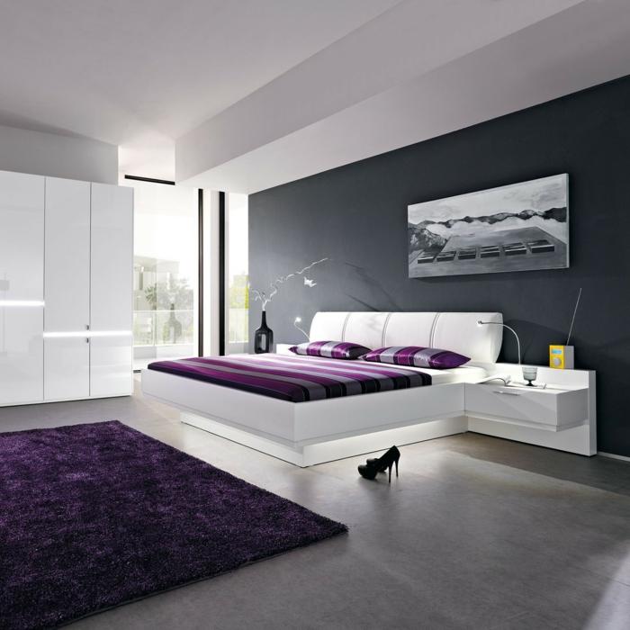 weißes schlafzimmer lila akzente teppich bettwäsche graue akzentwand
