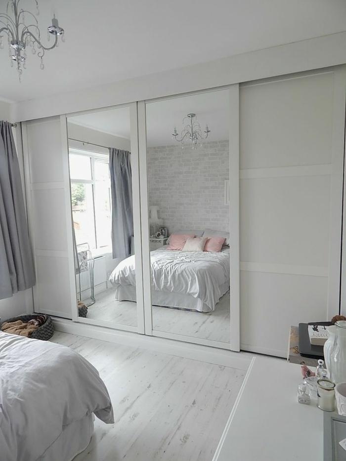 Weißes Schlafzimmer Spiegeltüren Kleiderschrank Holzboden Leuchter