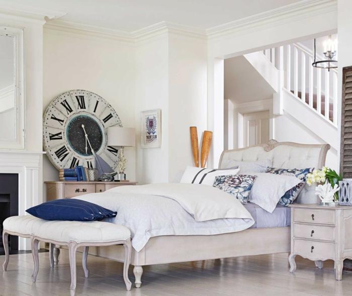 Weißes Schlafzimmer Wanduhr Sitzbank Offener Wohnplan
