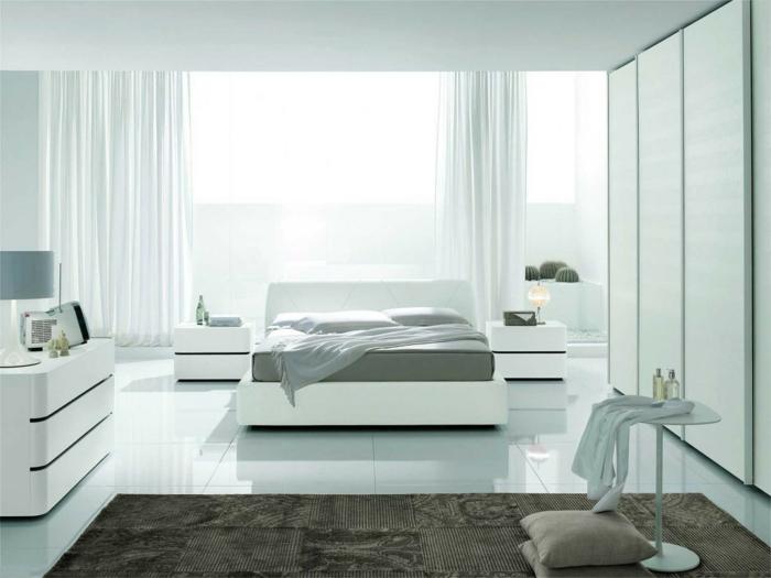 weißes schlafzimmer weiße bodenfliesen luftige gardinen teppich