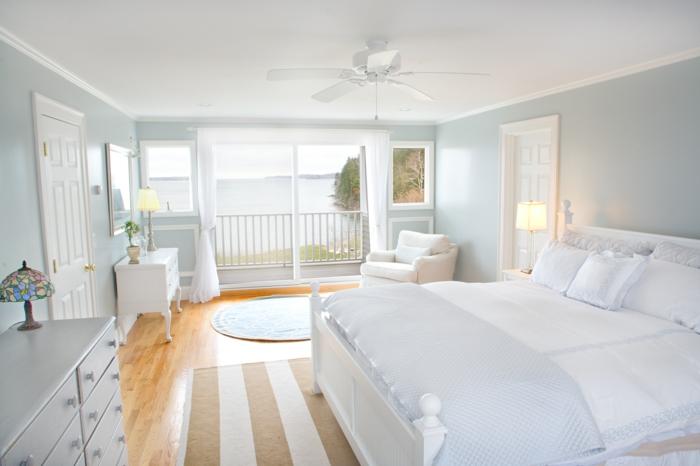 weißes schlafzimmer weiße einrichtung hellgrüne wände streifenteppich luftige gardinen