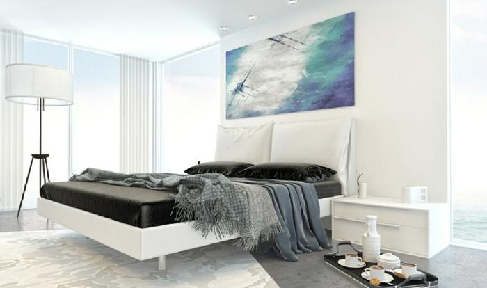 Weißes Schlafzimmer Weiße Wände Dunkle Bettwäsche Heller Teppich Muster  Stehlampe