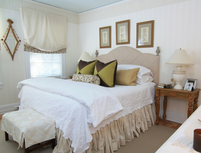 weißes schlafzimmer weiße wände farbige dekokissen raffrollo