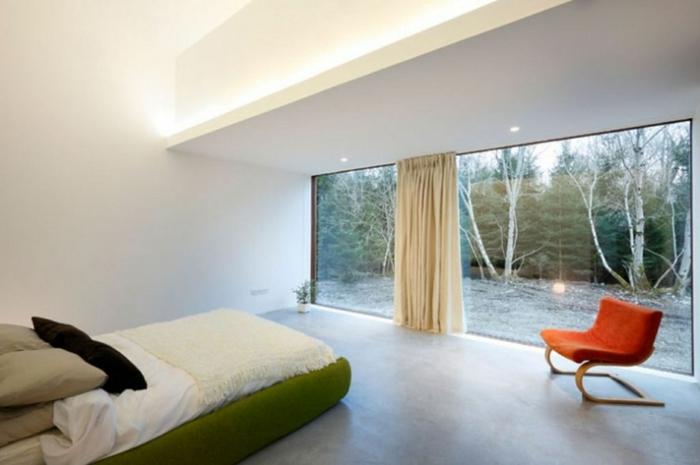 weißes schlafzimmer weiße wände grünes bett oranger sessel