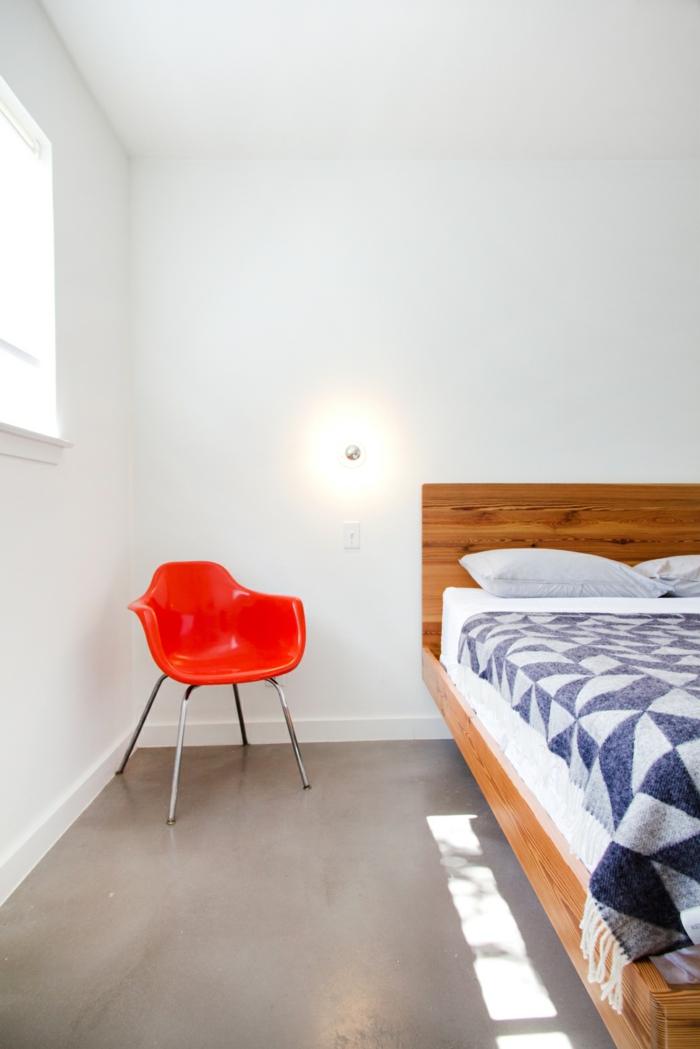 weißes schlafzimmer weiße wände roter stuhl wandleuchten
