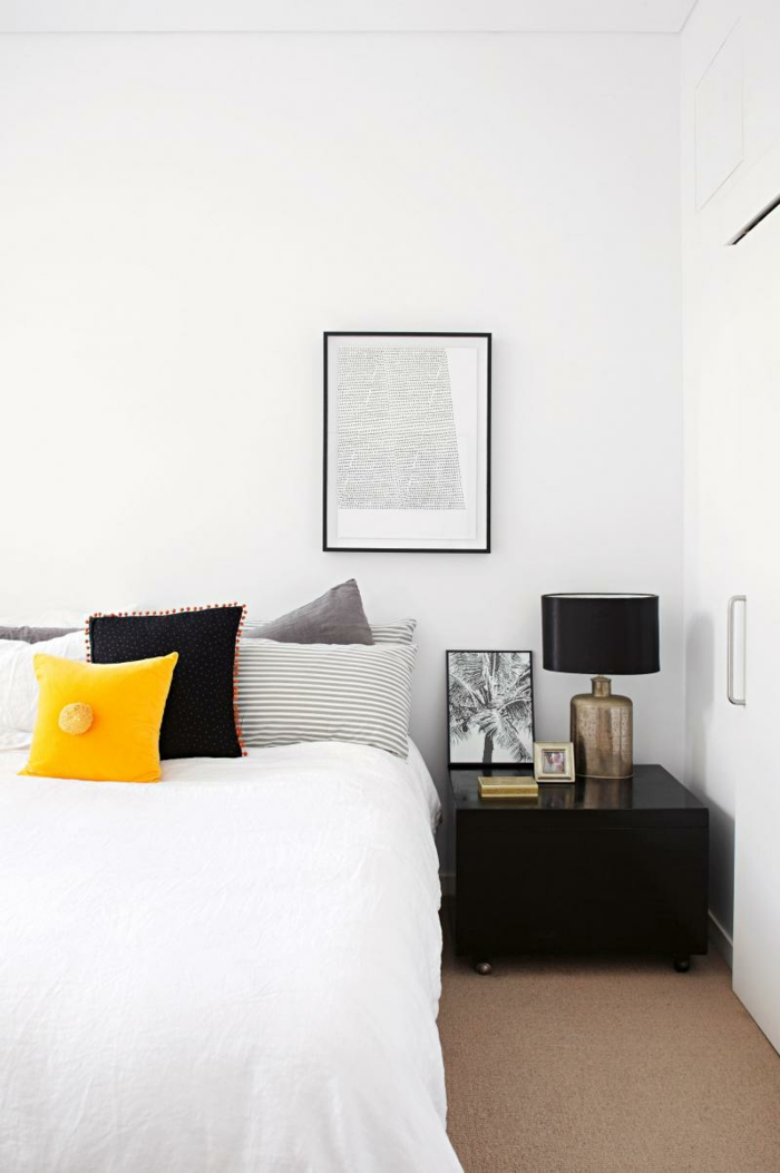 weißes schlafzimmer weiße wände schwarzer beistelltisch teppichboden