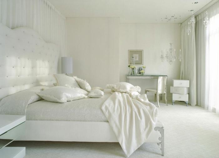 weißes schlafzimmer weißes inteieur schminktisch blumen