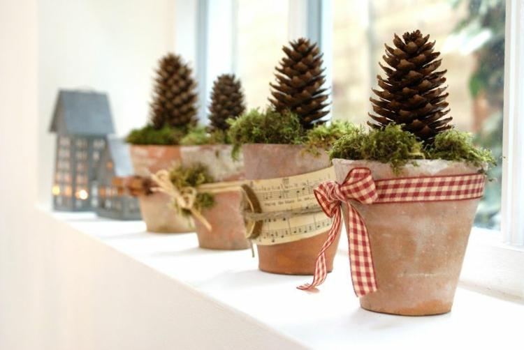 weihnachtliche Fensterdeko Ideen Küche Tontöpfe Moos Tannenzapfen
