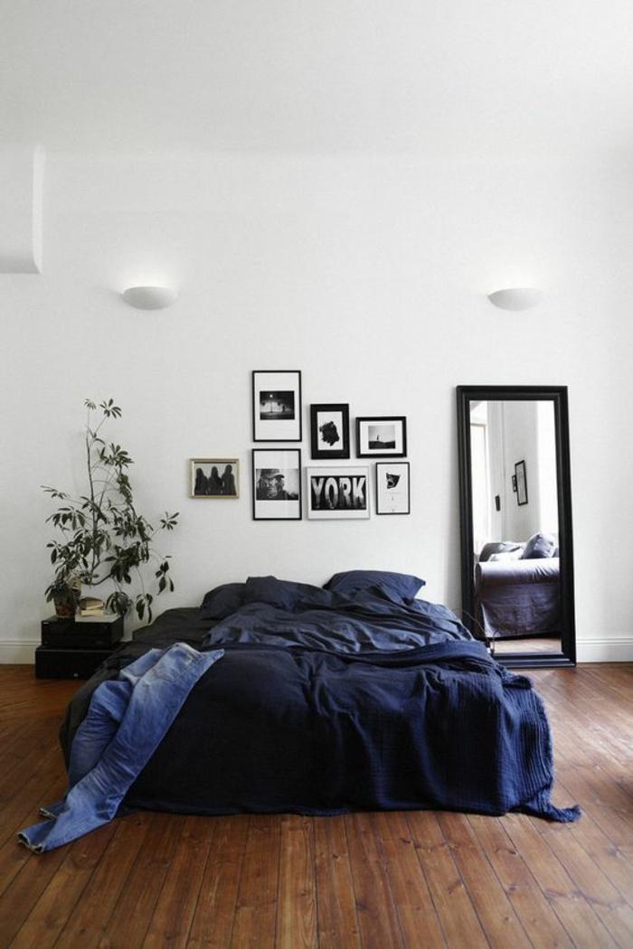 wohnideen schlafzimmer dunkelblaue bettwäsche holzboden spiegel