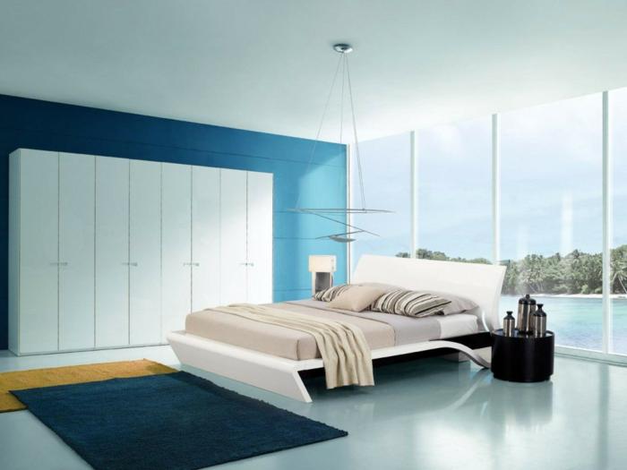 wohnideen schlafzimmer geräumig nahtlos blaue akzentwand weißer kleiderschrank