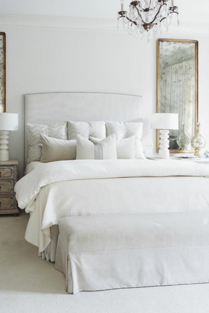 wohnideen schlafzimmer weiße wände kronleuchter teppichboden