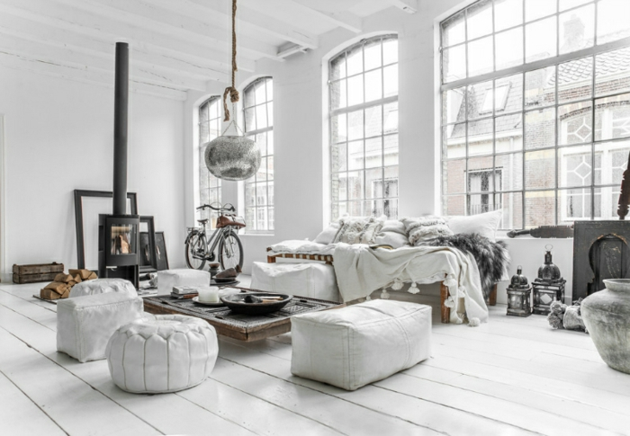 wohnideen schlafzimmer weißes ambiente kamin hocker