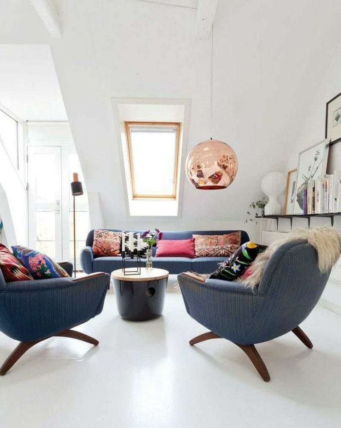 wohnideen wohnzimmer blaue möbel farbige dekokissen weiße wände