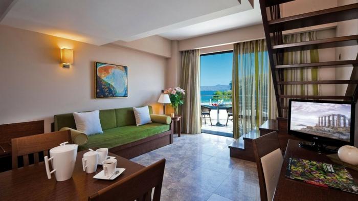 wohnideen wohnzimmer einrichten grünes sofa bodenfliesen helle wände offener wohnplan