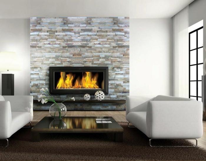wohnideen wohnzimmer feuerstelle weiße sofas steinwand