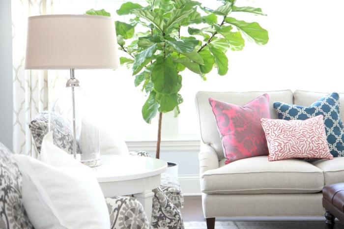 wohnideen wohnzimmer helle möbel dekokissen pflanze gardinen muster