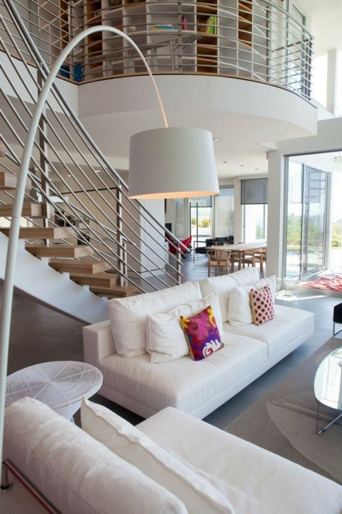 wohnideen wohnzimmer weiße einrichtung innentreppen beistelltisch