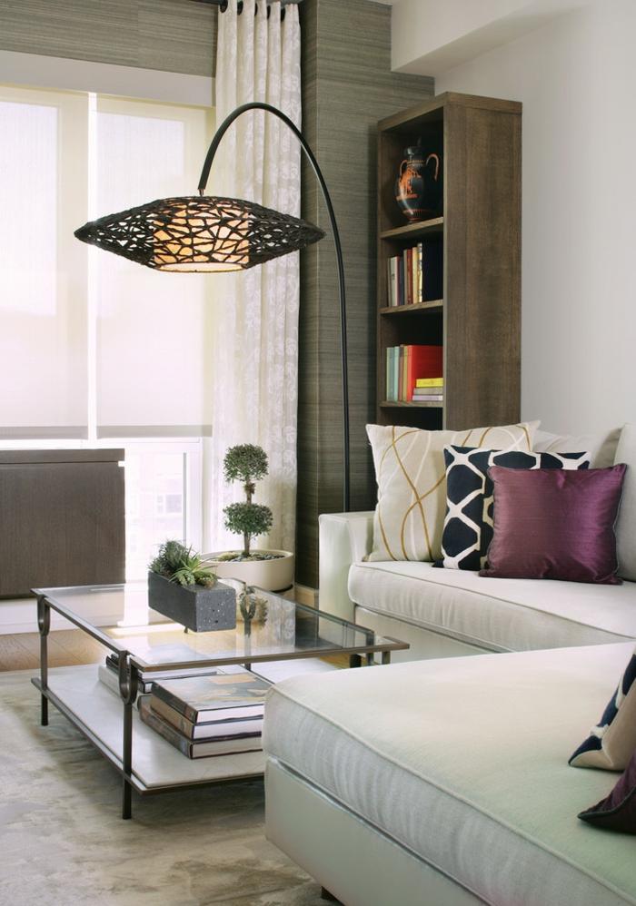 wohnideen wohnzimmer weißes ecksofa dekokissen coole stehlampe