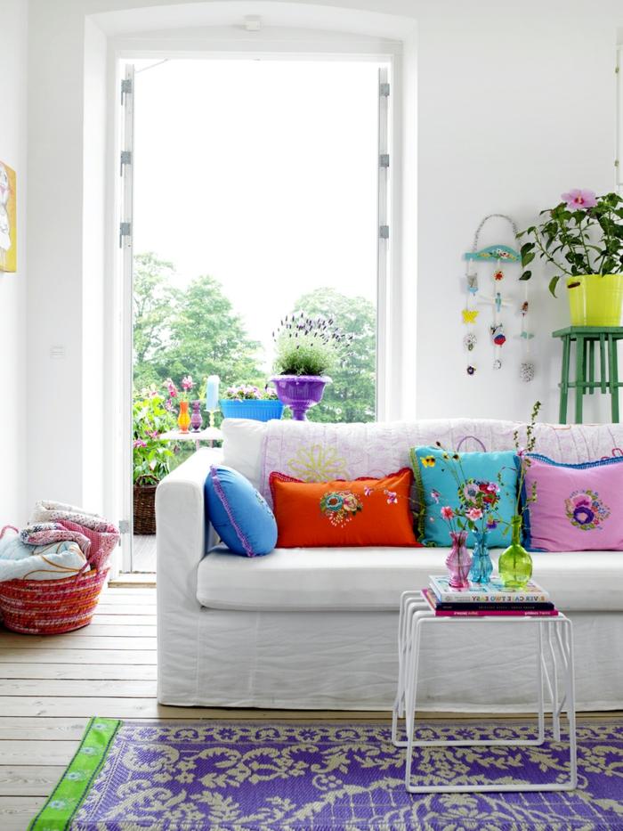 wohnideen wohnzimmer weißes sofa farbige dekokissen helles ambiente
