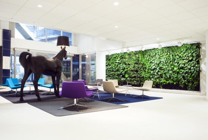 wohntrends vertikale grüne wand modernes wohnzimmer teppiche lila sessel