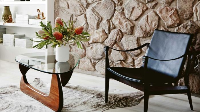 wohntrends wohnzimmer dekoideen blumen gläserner beistelltisch steinwand fellteppich