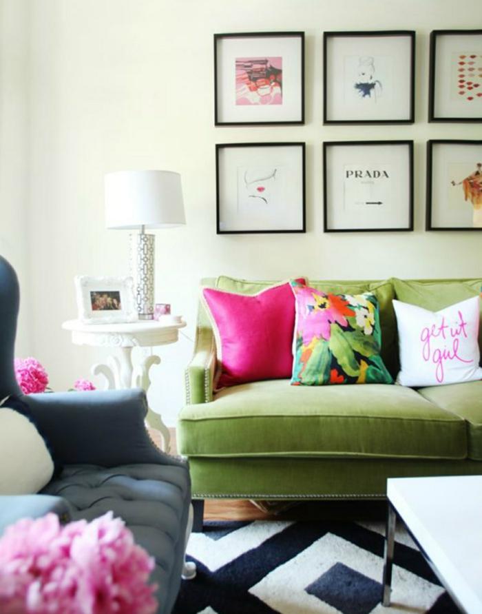 wohnung dekorieren wohnzimmer grünes sofa dekokissen teppichmuster