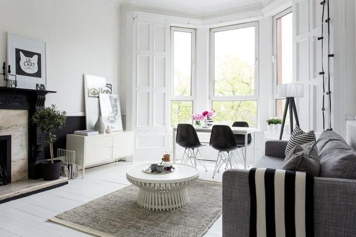 wohnung dekorieren wohnzimmer graues sofa elegantes muster dekokissen schwarze akzentwand