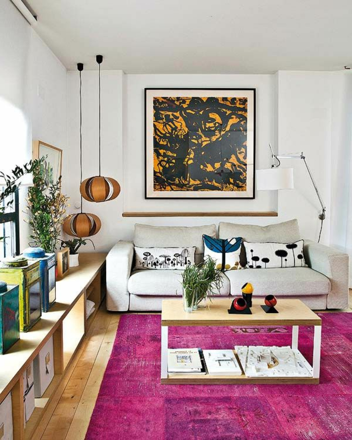 wohnzimmer einrichten beispiele lila teppich funktionaler couchtisch pendeleuchten - Beispiele Einrichtung Wohnzimmer