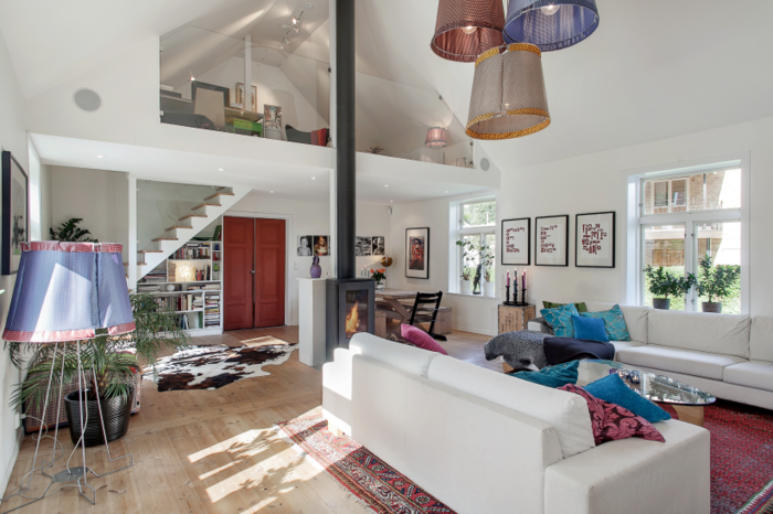 wohnzimmer einrichten ideen fellteppich weißes sofa blaue dekokissen holzboden