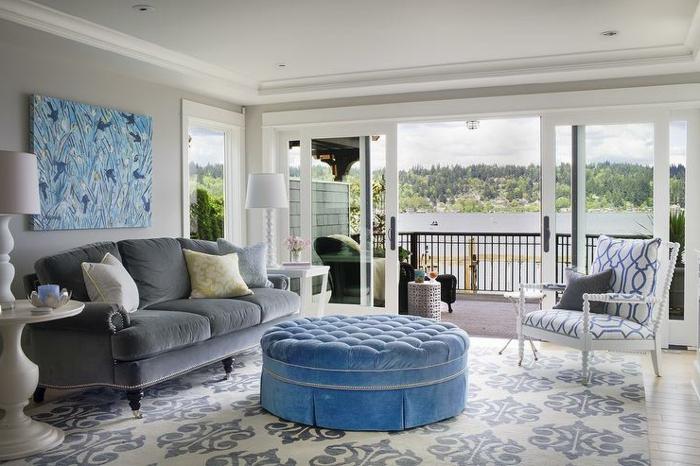 wohnzimmer einrichten ideen muster kombinieren hellgraue wände
