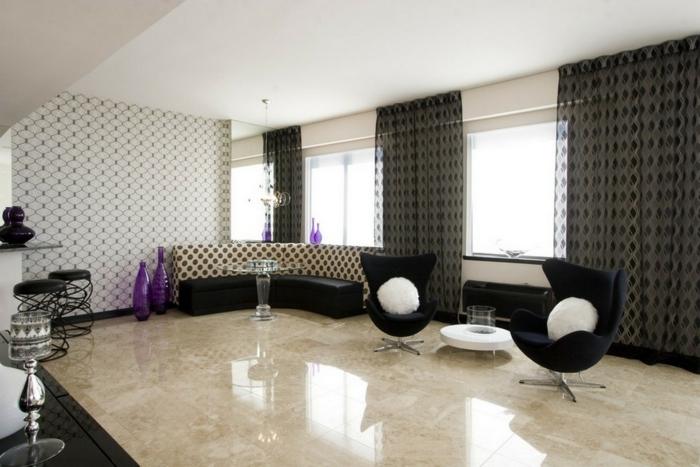 wohnzimmer einrichten ideen schwarze möbel weiße dekokissen dachschräge