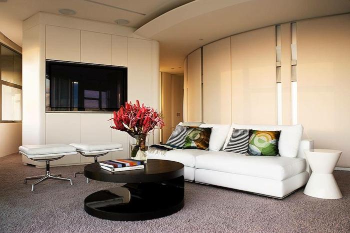 wohnzimmer einrichten ideen weißes sofa runder couchtisch schwarz teppichboden