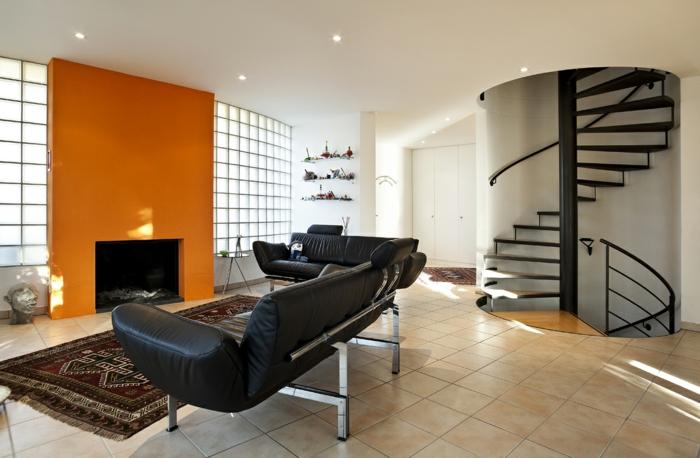 wohnzimmer fliesen bodenfliesen schwarzes ledersofa orange akzentwand