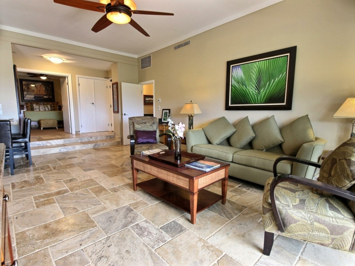 wohnzimmer fliesen moderne bodenbeläge grünes sofa wohnideen
