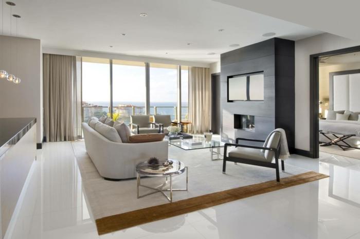 wohnzimmer fliesen weiße bodenfliesen eleganter teppich gardinen