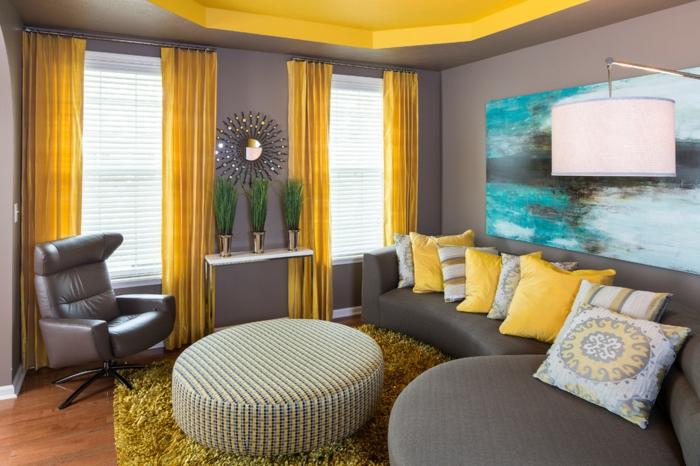 wohnzimmer gardinen graues sofa dekokissen ledersessel grüner teppich