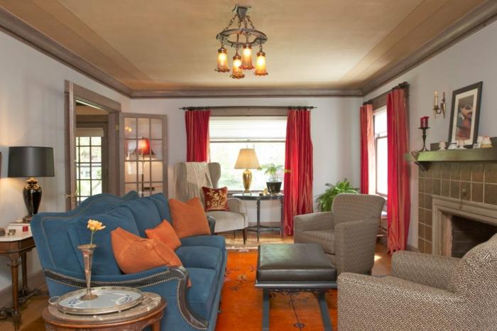 Wohnzimmer Gardinen Rot Blaues Sofa Oranger Teppich