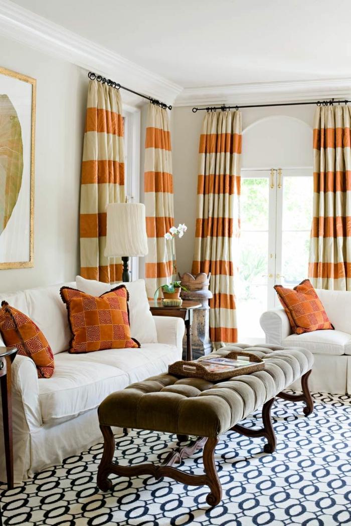 wohnzimmer gardinen streifen orange weiße möbel cooler bodenbelag