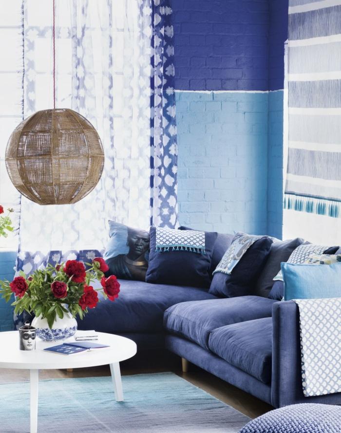wohnzimmer sofa blau runder tisch blumen hängeleuchte