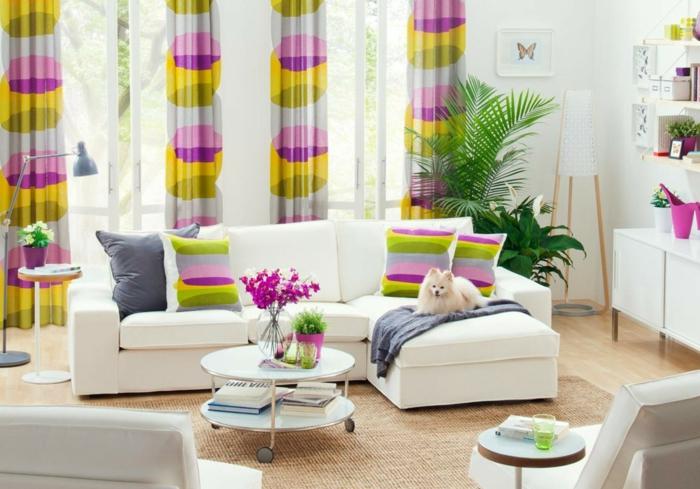 wohnzimmer sofa dekokissen farbige gardinen runder couchtisch räder