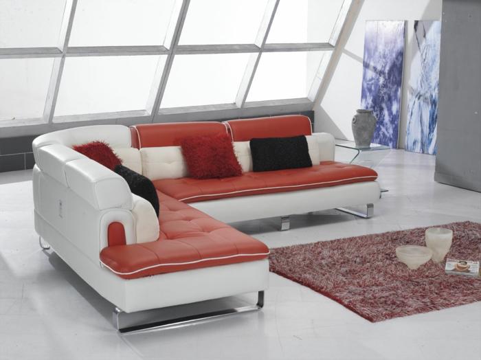 wohnzimmer sofa weiß rot dekokissen roter tepich weißer boden