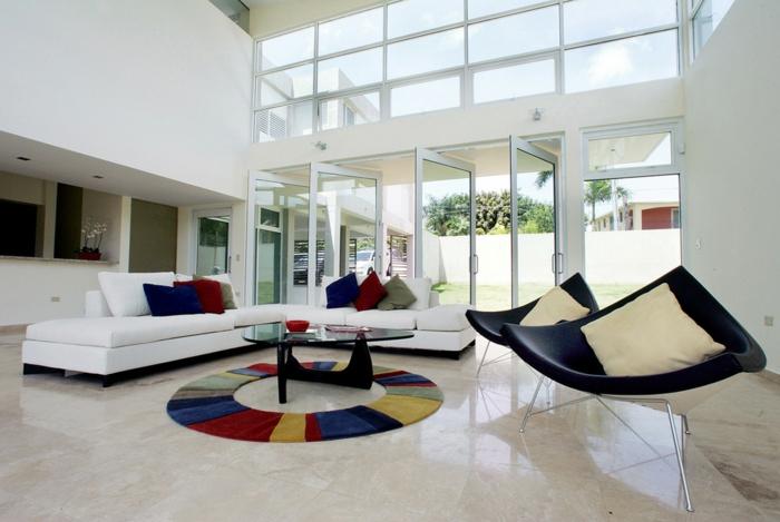 wohnzimmer sofa weiß runder teppich schwarze sessel geräumig