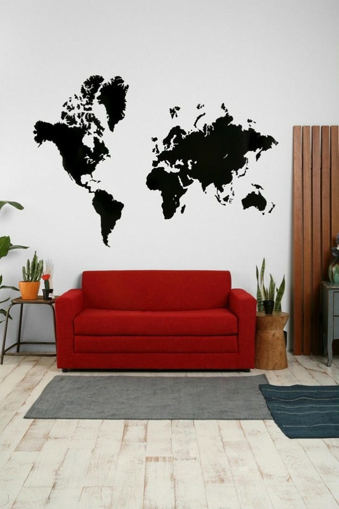 wohnzimmer wandgestaltung rotes sofa schwarze wandsticker weltmappe pflanzen