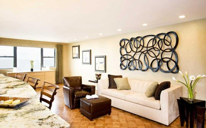 wohnzimmer wandgestaltung wanddeko weißes sofa brauner lesersessel