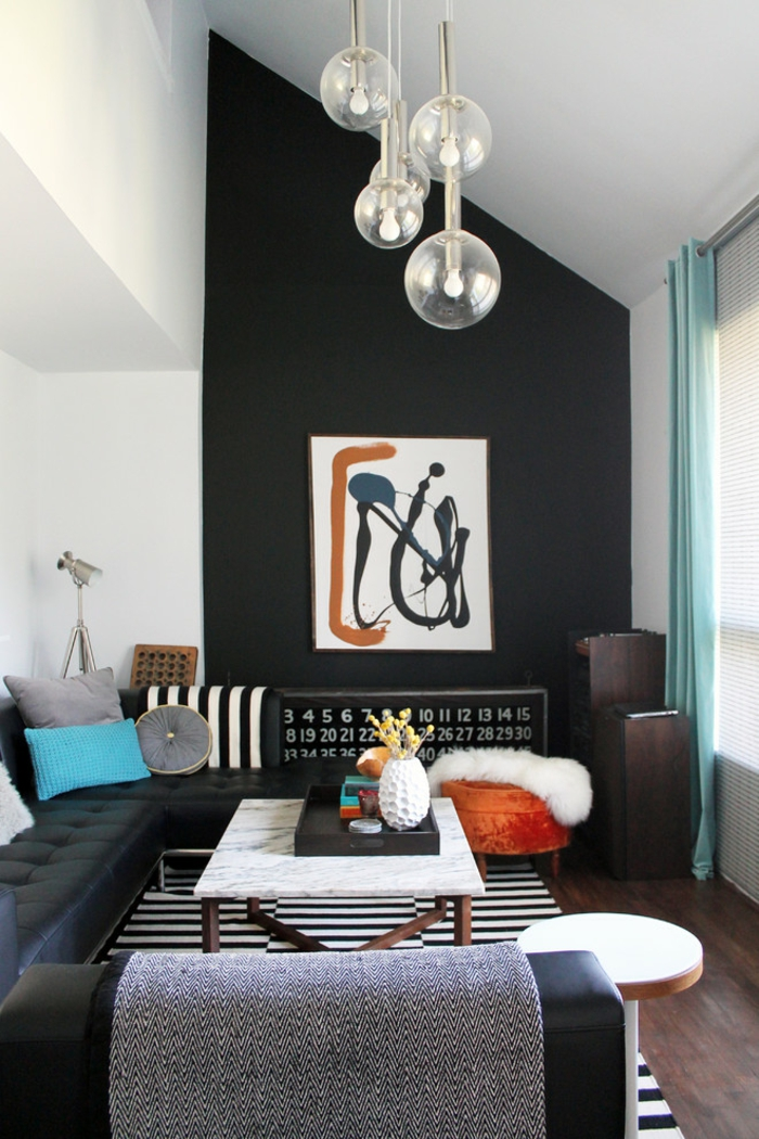 wohnzimmereinrichtung ideen wanddeko streifenteppich schwarze akzentwand grüne gardinen