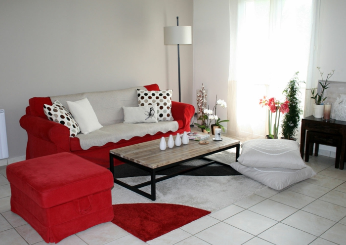 wohnzimmerfliesen weiße bodenfliesen rote möbel blumen dekovasen