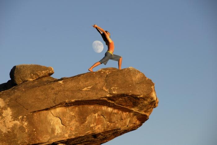 yoga zeitschrift asana halbmond frau felsen himmel