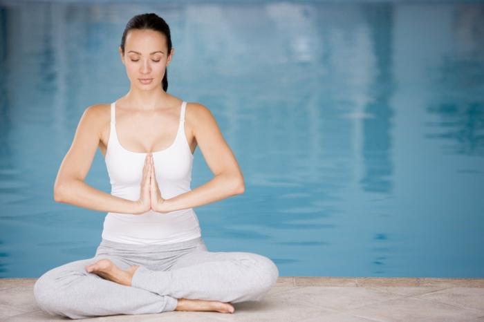 yoga zeitschrift yogapraxis meditation achtsamkeit frau pool