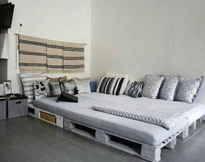 Bett aus paletten sofa aus paletten paletten bett möbel aus paletten graustufen