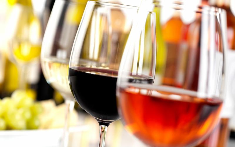 Eine Weinprobe findet meist in drei Schritten statt